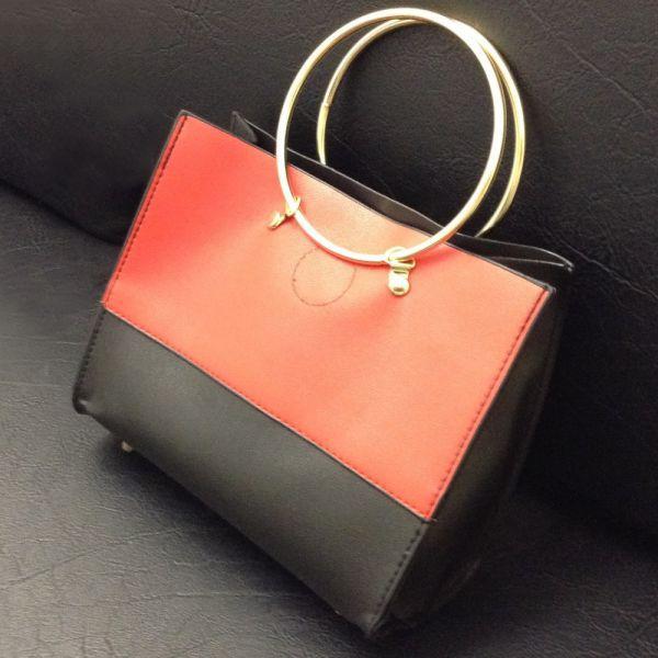 2wayゴールドリングハンドルバッグ - ハンドバッグとして、またはショルダーバッグとして、2WAYで使用できるゴールドリングのバッグです
